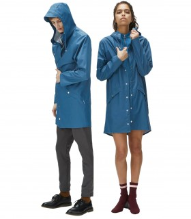 RAINS Long jacket RustLange regenjas dames en regenjas heren Rains long jacket fade blue mannelijk en vrouwelijk model